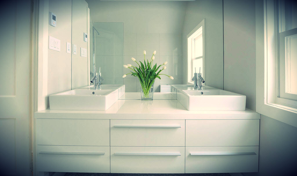Brilliant 20 small bathrooms look bigger design for Small bathroom looks